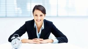 Frau mit Anzug am Tisch